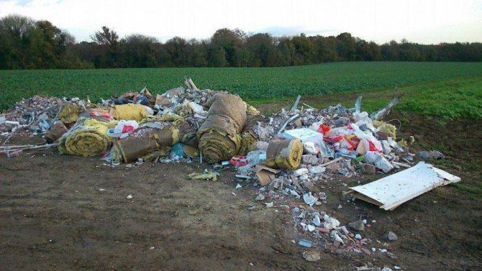 Оставили свой мусор в лесу